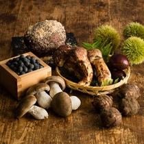 9、10月のディナーメニューが秋の味覚、キノコや栗などぶんだんに使っております。