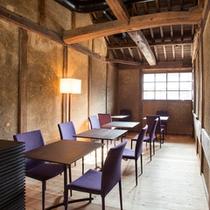 カフェには虫籠窓から竹田城跡が見える席も。