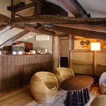 レストランの中二階はカフェ。