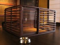 【楠】1階 お部屋には愛犬専用のケージを備えつけ、フローリングも滑りにくい床材を使用しております。