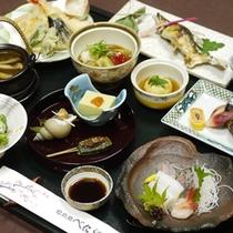 *越前の海の幸、自家製の野菜とお米、川魚など新鮮な季節の食材を使った会席料理です