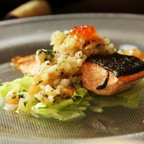 グレードアップ料理_鮭のラビゴットソースいくら添え