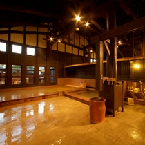 【内湯】広々とした大浴場。当館では4つの源泉をかけ流しでご堪能いただけます。
