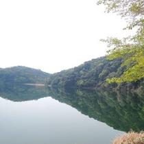 雄大な高千穂峰が映る、火口湖としては日本で最も深い湖。