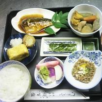 *【朝食全体例】温かいご飯、みそ汁、おかずで、しっかり一日の栄養補給!