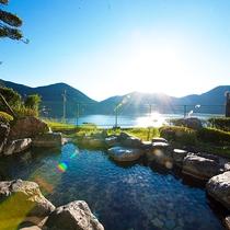 【露天風呂】いむた池を臨む絶景の露天風呂