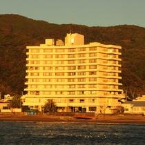 海側からのホテル全景