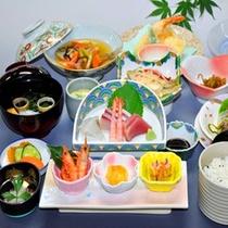 【グレードアップ一例】刺身の種類や天ぷら、海藻サラダなどが加わり内容が充実。