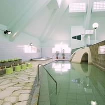 【大浴場】別名「100人風呂」と言われる開放感のある広い浴場。