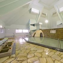 大浴場:開放感溢れる浴室となっております。