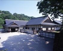 【彦根城博物館】彦根藩主であった井伊家伝来の美術工芸品や古文書など約6,5000点が収蔵しています。