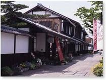 【京橋キャッスルロード】全ての建物が切妻屋根、白壁などに統一され江戸時代の雰囲気を漂わせています