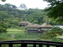 【玄宮園】四代藩主直興によって造営された池泉回遊式の大名庭園 【紅葉】見ごろ:11月中頃以降〜12月