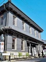 【長浜 黒壁スクエア】1号館の黒壁ガラス館を中心に歴史的建造物が再生利用され、約30施設あります