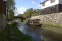 【八幡堀】堀沿いには、白壁土蔵や旧家が立ち並び風情満点の遊歩道もあります