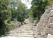 【安土城址】織田信長が1576年丹羽長秀に命じ完成。現在石垣のみ残っており、特別史跡に指定されている