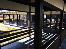 渡り廊下と庭園