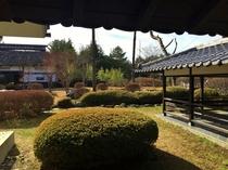 庭園と大きな茅葺の門
