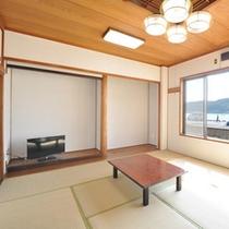 【1階和室10畳】海はすぐそこです。