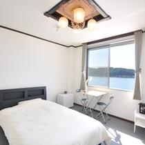 【3階海側洋室】 洋室はセミダブルのベッドでゆったり
