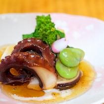 前菜)その日の仕入れによって異なる地元食材を彩鮮やかに調理致します。