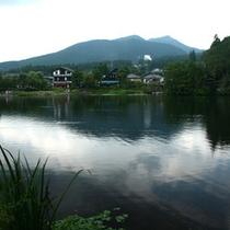 【周辺観光地】様々なお店が隣接する湖、金鱗湖