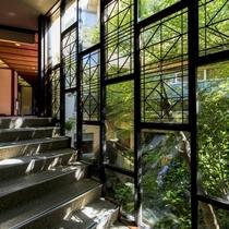 【廊下】中池を眺めるらせん階段