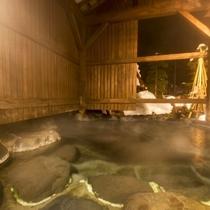 【良実の湯/露天風呂】夜の幻想的な雰囲気の中でゆったりと浸って日頃の疲れを癒してください♪