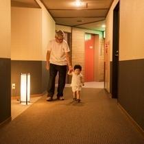 【廊下】広々とした廊下を歩いてお部屋へ