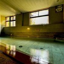 【良実の湯/大浴場】広々とした大浴場に、小野川温泉を贅沢に源泉掛け流し