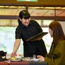 【米沢を味わう夕食】スタッフから料理を一品一品ご案内させていただきます