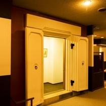 【蔵】ロビーには老舗旅館の名残「蔵」をプリギャラリーにして展示しています