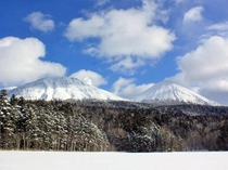 【周辺】冬の雌阿寒と阿寒富士を望む