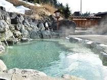 【露天風呂】清掃時間以外は24時間利用できる。