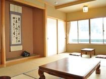 【客室(4-6名用】二間続きのゆったりとした造り。