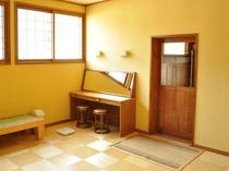 【脱衣室】リニューアルされて明るく手入れの行き届いたスペース。