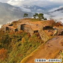竹田城跡の石垣上で感じる秋の気配も、乙なもの。