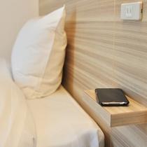 枕元にスマーフォンなどが置けるスペースがあります(コンセント付)