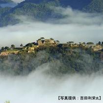 麓を流れる円山(まるやま)川の朝霧に浮かぶ、天空の城 竹田城跡