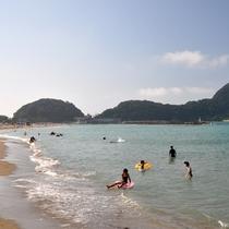 竹野浜海水浴場 砂浜が長く続く遠浅のビーチは、「快水浴場百選」や「日本の渚百選」に認定されています