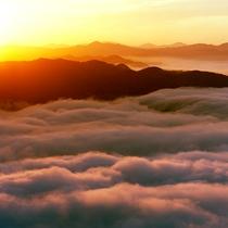 雲海 盆地や谷地が多いこの地域は秋~初冬に良く川霧が発生します。この雲海は豊岡・来日山からの光景