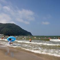 気比(けい)の浜海水浴場 遠浅のビーチは家族連れでも安心。キャンプ場もあります