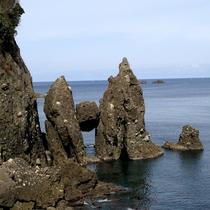 竹野海岸・はさかり岩 丸岩が立ち岩に挟まったように見える奇岩。「はさかり」は方言で「挟まる」の意