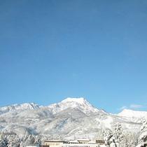 *【周辺(冬)】雪化粧した一面の銀世界が広がる冬。