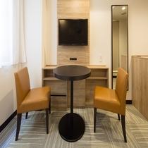ツインルームには全室チェアとテーブルが完備され、ゆっくりとおくつろぎいただけます