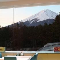 【レストラン】レストランからは雄大な富士山が見えます。※イメージ