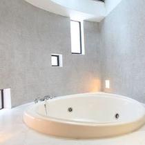 バスルームの設えもお部屋により様々(浴室一例)