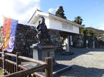 竹中半兵衛の像と門