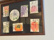 館内には季節感のある絵が描かれた、味のある絵手紙も飾られています。