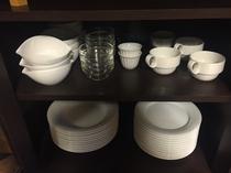 キッチン 清潔感あるホワイトの食器類。お惣菜やスナック菓子、ご自由にお使い下さい!
